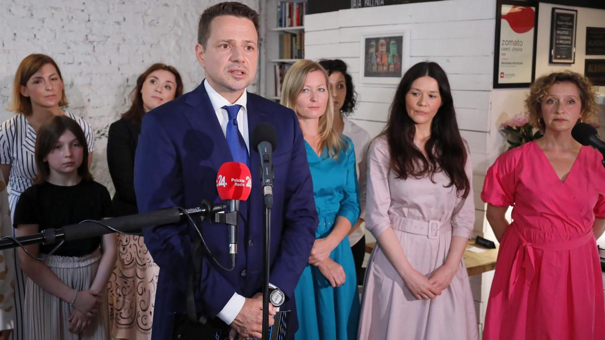 Rafal Trzaskowski varsói polgármester, a legnagyobb lengyel ellenzéki párt, a Polgári Platform (PO) kampányoló elnökjelöltje nyilatkozik, miután nőkkel találkozott egy varsói kávézóban 2020. június 18-án, tíz nappal a lengyel elnökválasztás első fordulója előtt.