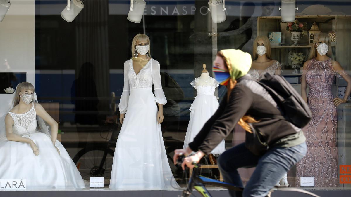 Védőmaszkot adtak a menyasszonyi ruhákat bemutató kirakati babákra Zágrábban 2020. március 16-án. Sajtóértesülések szerint Horvátországban eddig 49 koronavírussal fertőzött személyt regisztráltak.