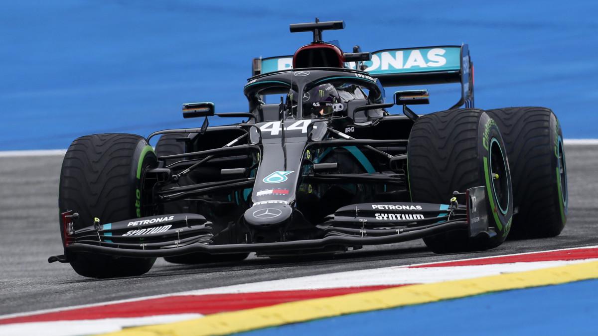 Lewis Hamilton, a Mercedes brit versenyzője a Forma-1-es autós gyorsasági világbajnokság Osztrák Nagydíjának első szabadedzésén a spielbergi pályán 2020. július 3-án. A futamot július 5-én rendezik.