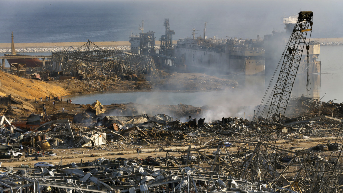 A pusztítás nyomai a bejrúti kikötőben történt előző napi hatalmas robbanást követően 2020. augusztus 5-én. A detonáció következtében legkevesebb száz ember életét vesztette, több mint négyezren megsebesültek. A robbanások okát nem tudni.