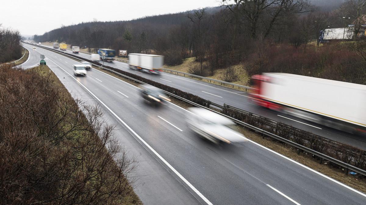 Járművek haladnak az M3-as autópálya kisbagi pihenőhelyének közelében 2015. február 26-án.