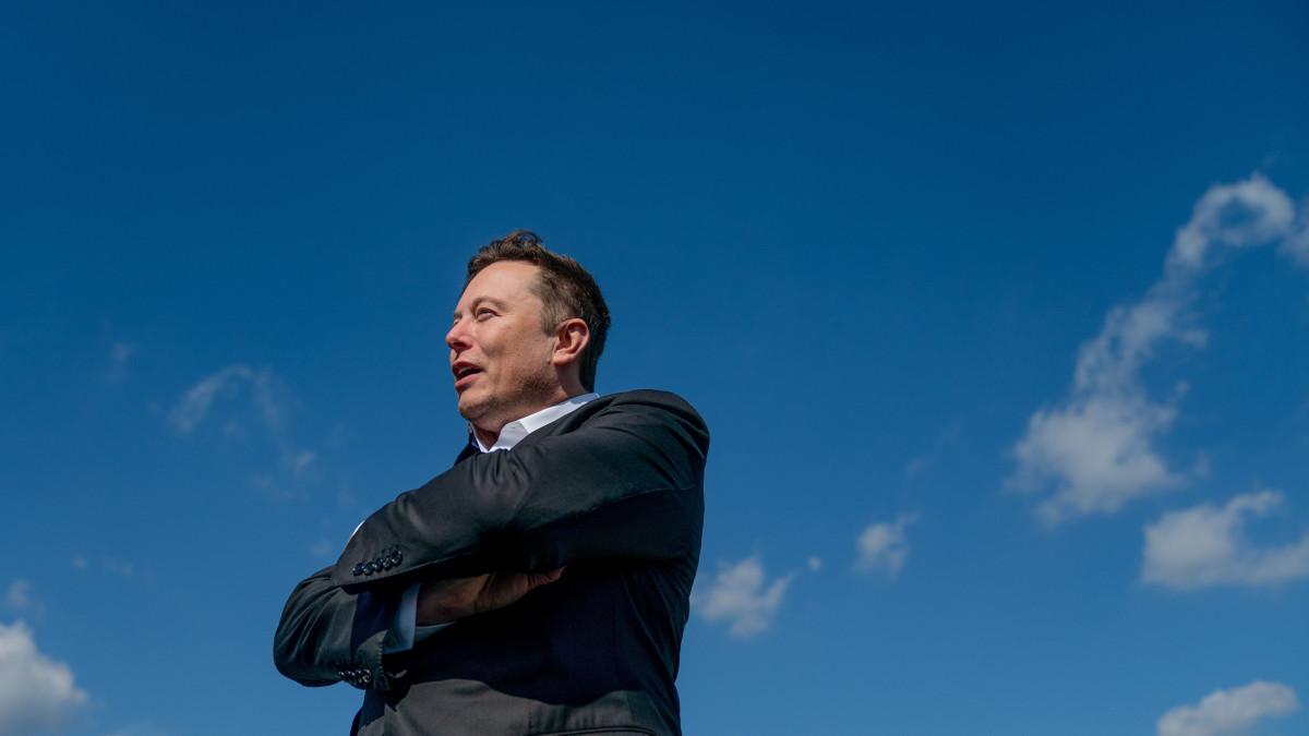 Elon Musk, a Tesla Motors amerikai elektromosjármű-gyártó és a SpaceX amerikai űrkutatási magánvállalat vezérigazgatója nyilatkozik a sajtó képviselőinek a Tesla Gigafactory nevű gyárának építési területén a Berlin szomszédságában fekvő Grünheidében 2020. szeptember 3-án. A Tesla első európai gyára várhatóan 2021 júliusában kezdi meg a működését.