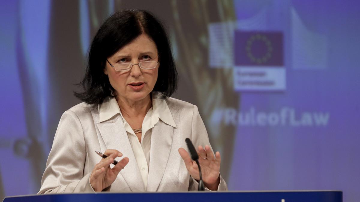 Vera Jourová kiállt a sajtószabadság mellett