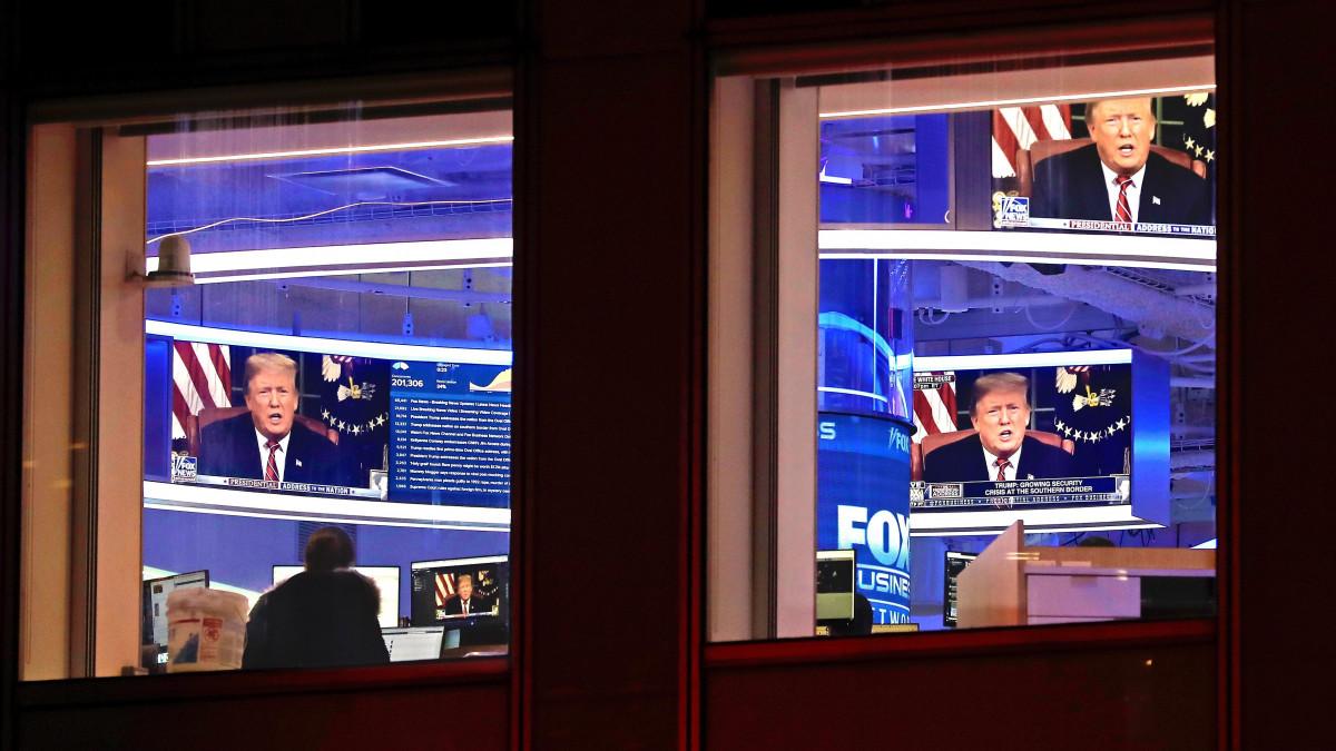 Donald Trump amerikai elnök tévébeszédét sugárzó képernyők a Fox News hírcsatorna New York-i székházában 2019. január 8-án. Trump a jóslatokkal ellentétben nem jelentett be szükségállapotot az illegális bevándorlás miatt az amerikai-mexikói határkerítésnél kialakult helyzet kezelésére, és leszögezte: beleegyezne abba, hogy a déli határon ne fal, hanem acélkerítés épüljön.