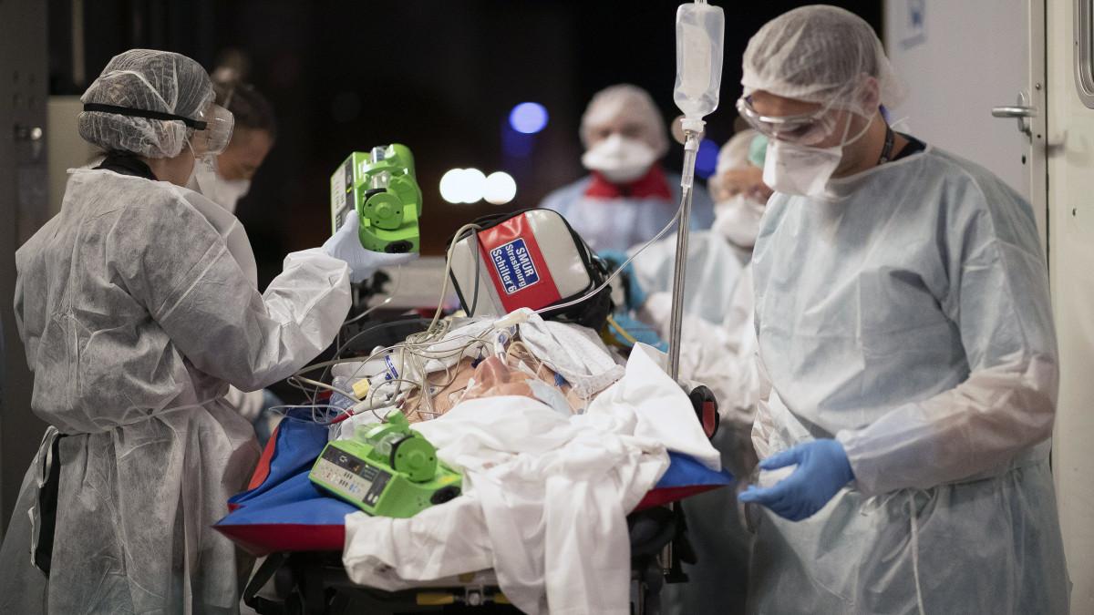 Egyre gyakoribb, hogy koronavírusos a beteg, akihez más miatt mentőt hívtak