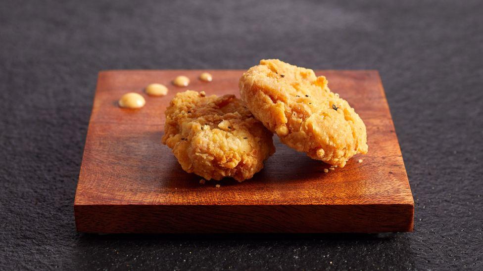 A világon először zöld utat kapott a laborban előállított csirkehús