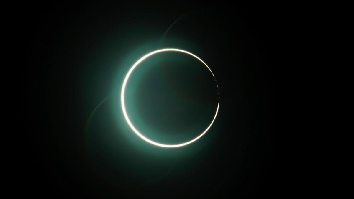 Gyűrűs napfogyatkozás figyelhető meg az égbolton a Tajvanon fekvő Csiajiban 2020. június 21-én.