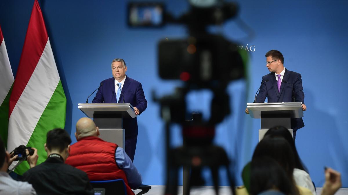 Orbán Viktor miniszterelnök (b) és Gulyás Gergely, a Miniszterelnökséget vezető miniszter a Kormányinfó sajtótájékoztatón a Miniszterelnöki Kabinetiroda sajtótermében 2021. június 10-én.