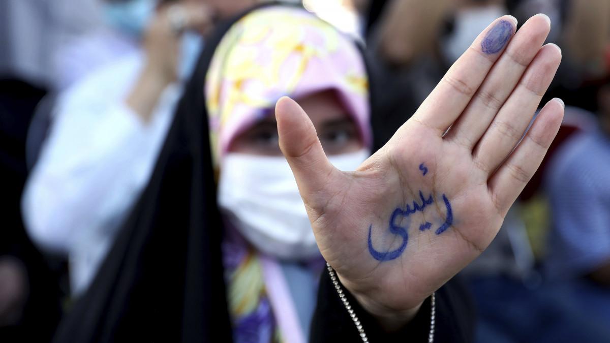 Cenzúrázta Irán a női asszisztenst - Blikk