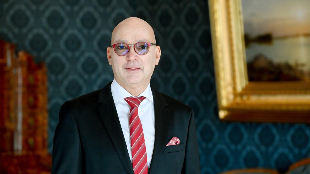 Péterfalvi Attila, a Nemzeti Adatvédelmi és Információszabadság Hatóság elnöke a Sándor-palotában 2020. október 28-án, miután Áder János köztársasági elnöktől átvette a kinevezését.