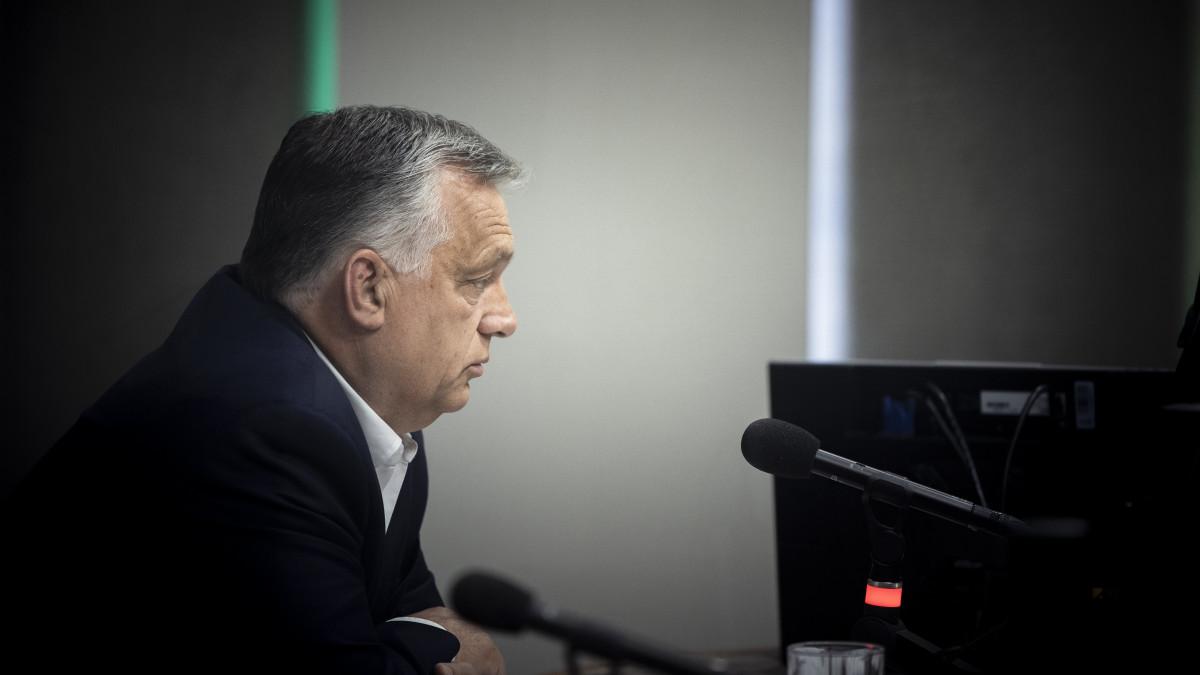 A Miniszterelnöki Sajtóiroda által közreadott képen Orbán Viktor kormányfő interjút ad a Jó reggelt, Magyarország! című műsorban a Kossuth rádió stúdiójában 2021. július 2-án.