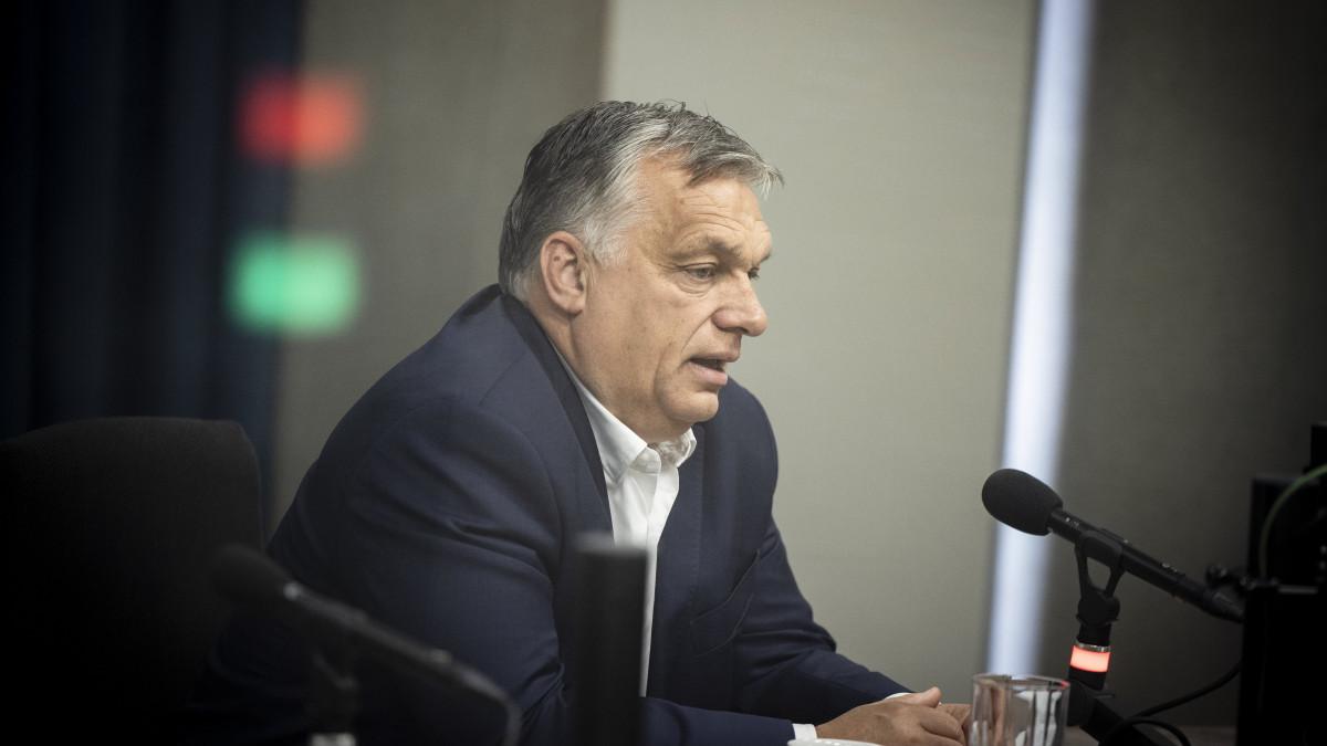 A Miniszterelnöki Sajtóiroda által közreadott képen Orbán Viktor kormányfő interjút ad a Jó reggelt, Magyarország! című műsorban a Kossuth rádió stúdiójában 2021. július 16-án.