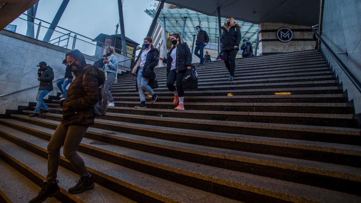 Védőmaszkot viselő járókelők a budapesti Örs vezér téren 2020. november 11-én. A koronavírus-járvány elleni kormányzati védelmi intézkedések új elemeként kötelező a maszkviselés a 10 ezernél több lakosú települések egyes közterületein; a területek kijelölése a polgármester feladata. Sporttevékenység során, valamint a parkokban, illetve zöldterületeken a maszk viselése továbbra sem kötelező.