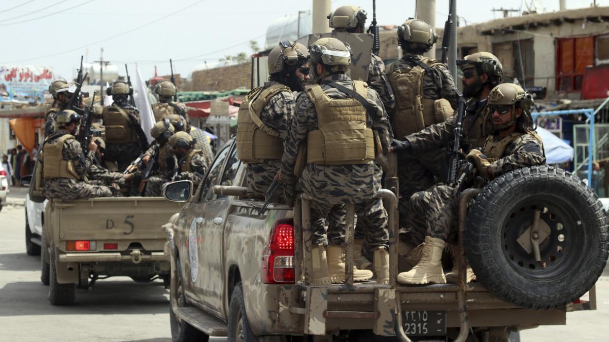 Megint felrobbantottak egy tálib harcosokat szállító autót