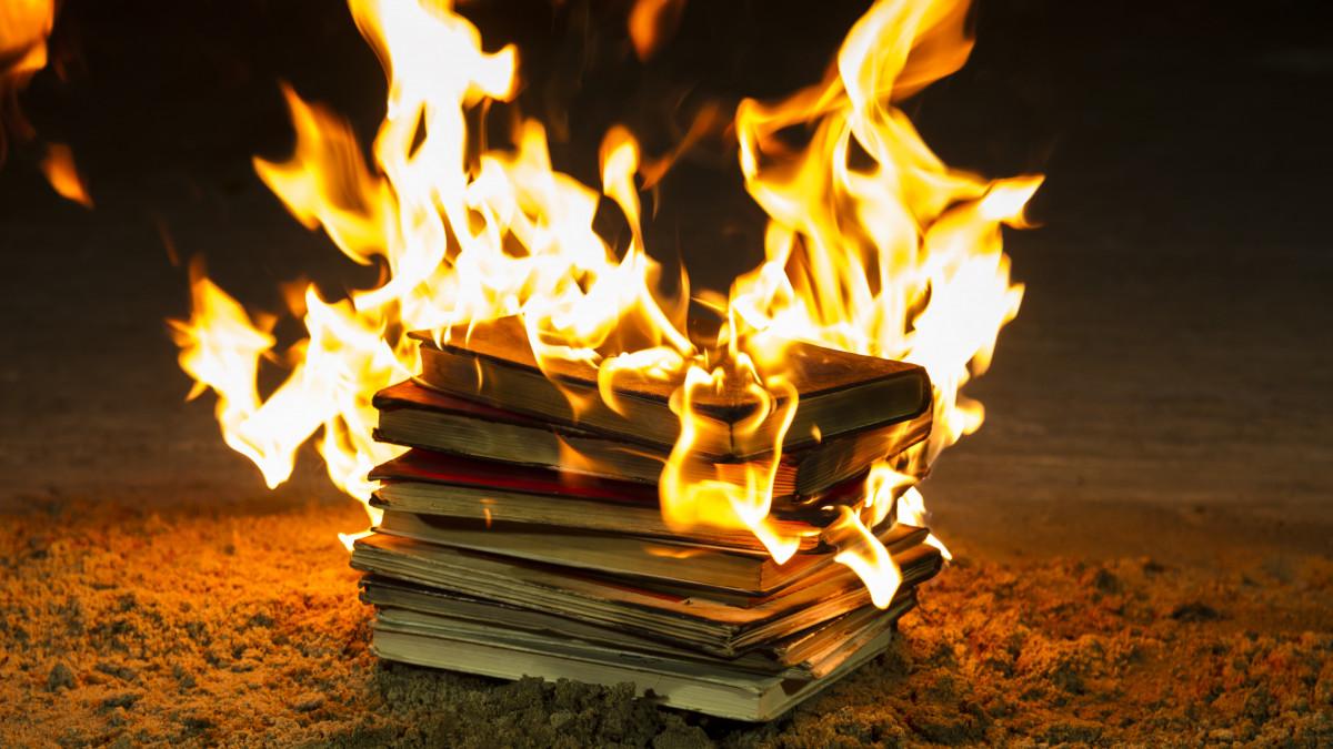 Könyvégetés okozott botrányt Kanadában