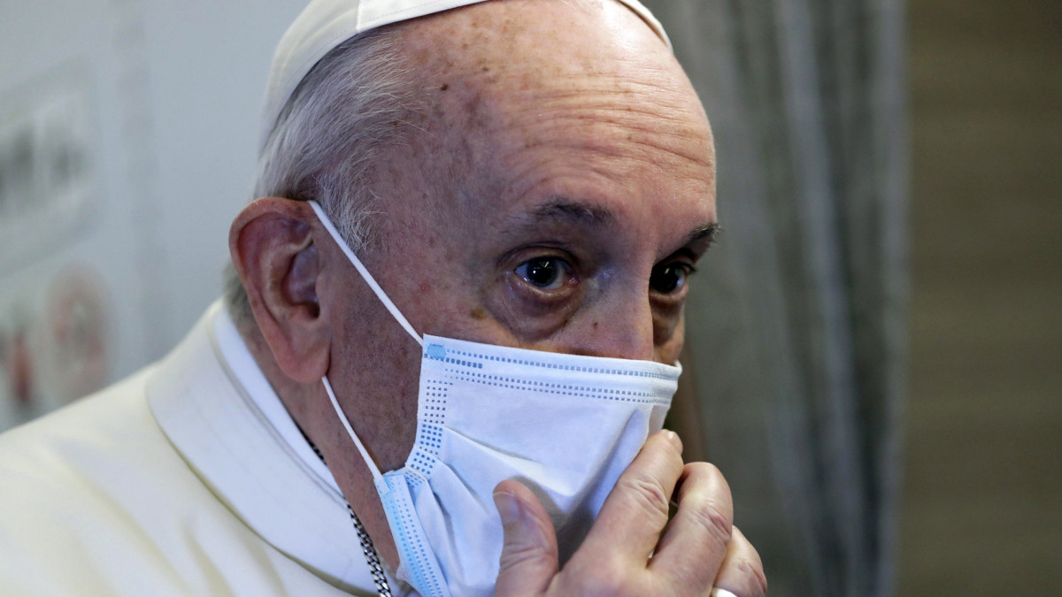 Ferenc pápa újságírókhoz beszél az őt Irakba szállító repülőgépen 2021. március 5-én. Római katolikus egyházfő most először utazik Irakba, első alkalommal síita többségű országba.