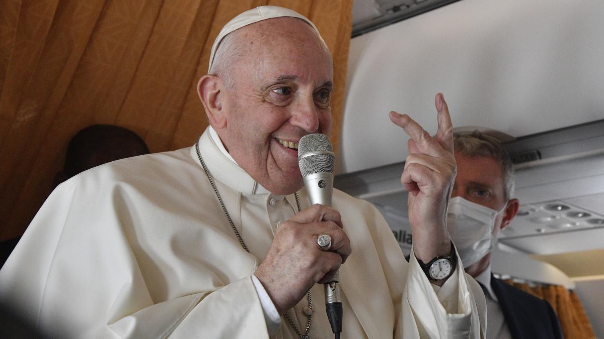 Ferenc pápa kalapot emel a magyarok előtt
