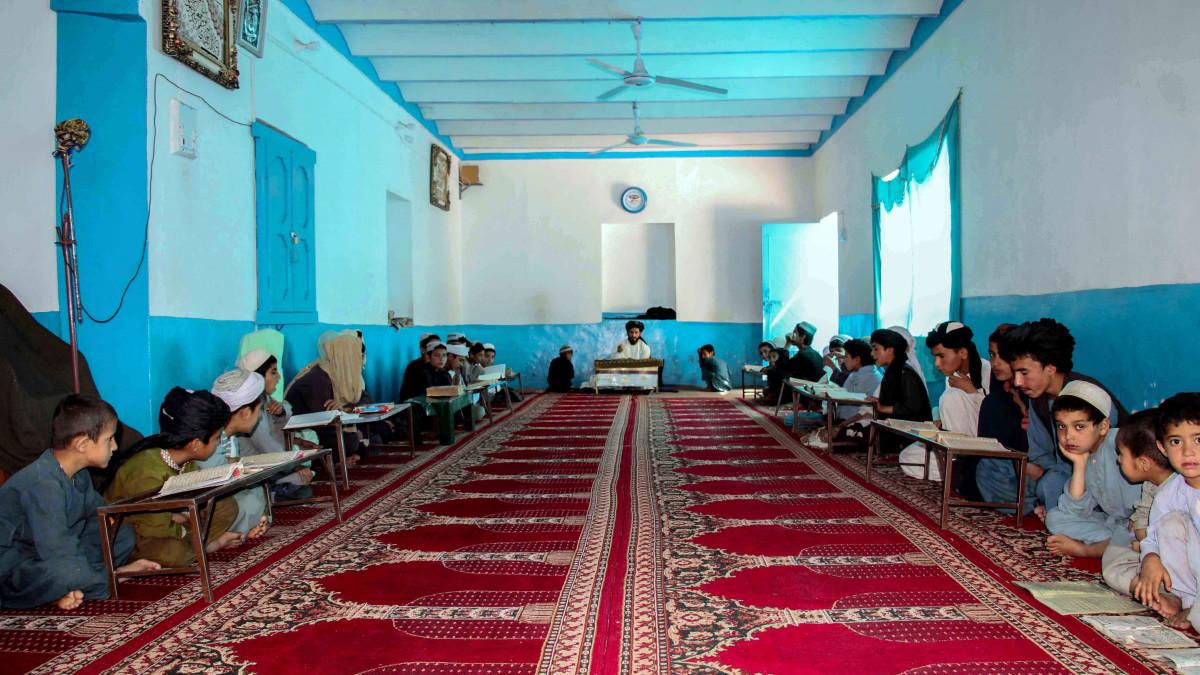 Afganisztán: vissza kell térniük az iskolába a nagyobbaknak – de csak a fiúknak