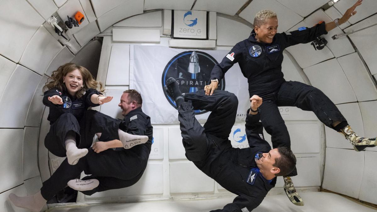 Megperzselődött, de biztonságban leszállt a SpaceX négy amatőr űrhajóssal a fedélzetén – videó
