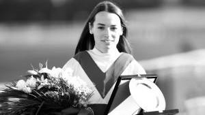 Tizenhárom nappal a súlyos bukása után meghalt a 21 éves magyar női zsoké – videó