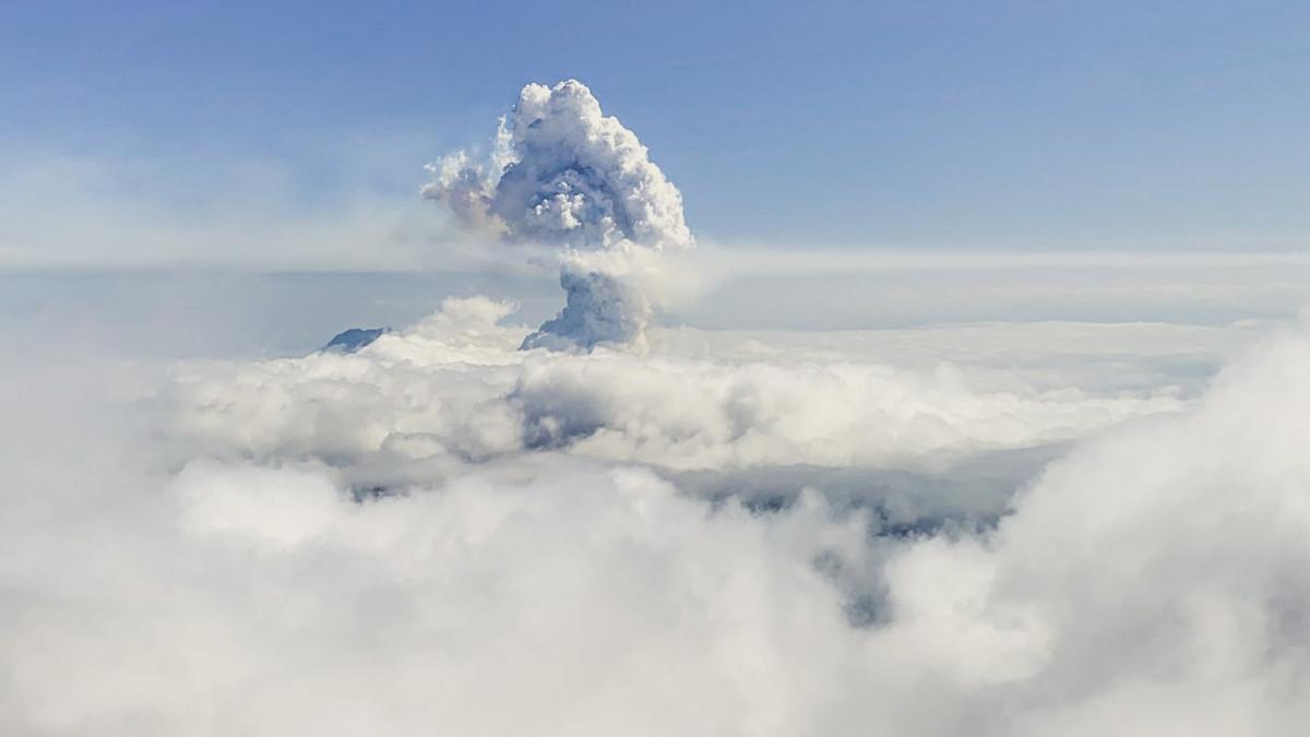 Óriási hamufelhő borult a Kanári-szigetekre, nagy robbanással kitört a Cumbre Vieja tűzhányó – videók